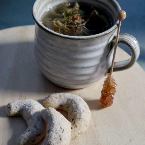 Biscuits aux amandes et une infusion d'épluchures de rhubarbe