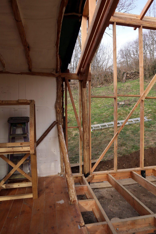 Jonction des deux parties de la cabane en cours. Ici, le solivage.