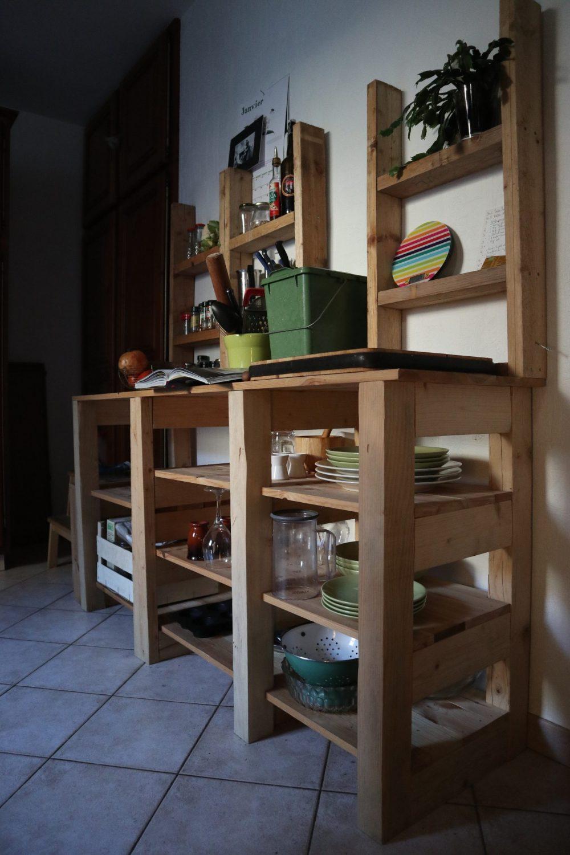 Notre vieux-futur meuble de cuisine en action pendant les deux derniers mois de notre location.