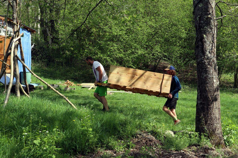 Porter un meuble en bois massif sur 1 kilomètre, cela demande un peu d'effort...